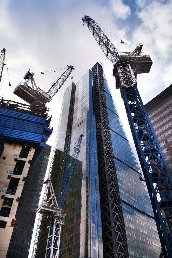 LONDON UK - APRIL 24, 2014: Byggnadsplats med kranar i staden av London en av den leda mitten av global finans royaltyfria bilder