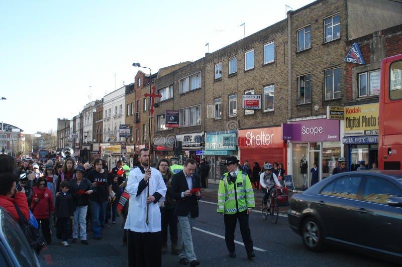 London UK - April 01, 2012: En fridsam marsch av kristen i Camden Town royaltyfri foto