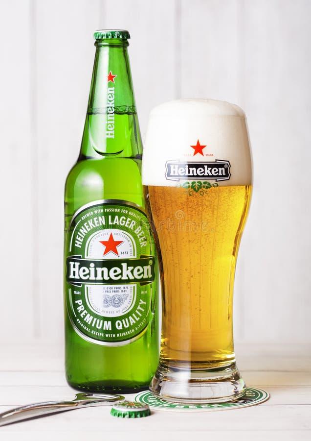 LONDON UK - APRIL 27, 2018: Flaska av Heineken Lager Beer på wo royaltyfri fotografi