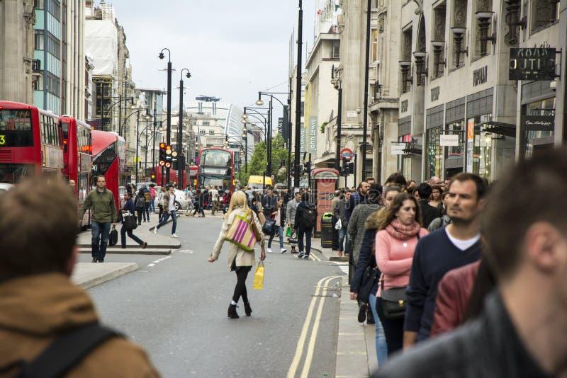 LONDON UK APRIL 5, 2014: Folk som går ner gatan i fullsatta London arkivbilder