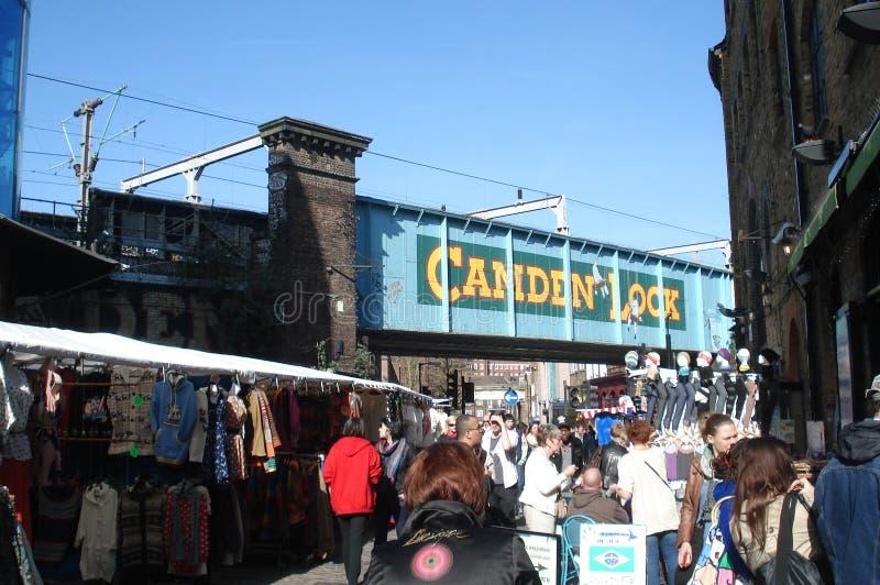 London UK - April 01, 2012: folket går i gatan förbi de Camden Market stallsna royaltyfri fotografi