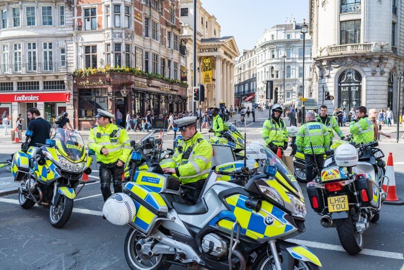 London UK - April 19, 2019: Polisvakt During Protest, den storstads- polisen arkivbilder