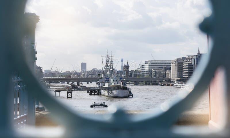 LONDON, UK, AUG 1, 2019, die van de brug van Tower naar de toeristenboot Cruising langs de rivier de Theems in Londen kijkt stock foto's