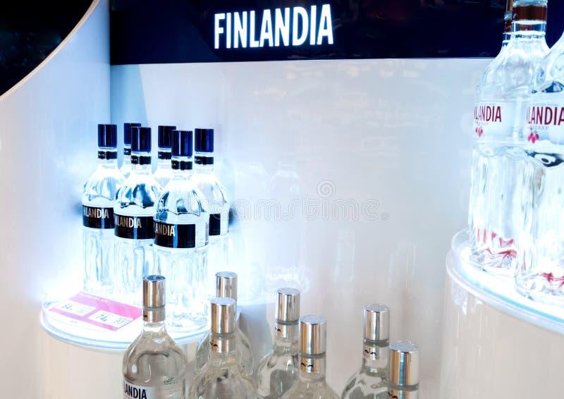 LONDON UK - AUGUSTI 31, 2018: Bräde för Finlandia vodkaskärm med logo och flaskor fotografering för bildbyråer