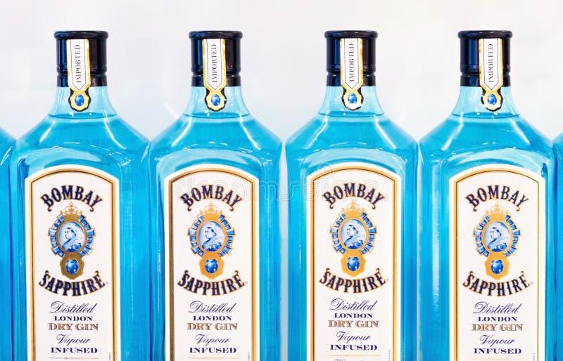 LONDON UK - AUGUSTI 31, 2018: Flaskor av Bombay Sapphire London torkar gin i lager royaltyfria bilder