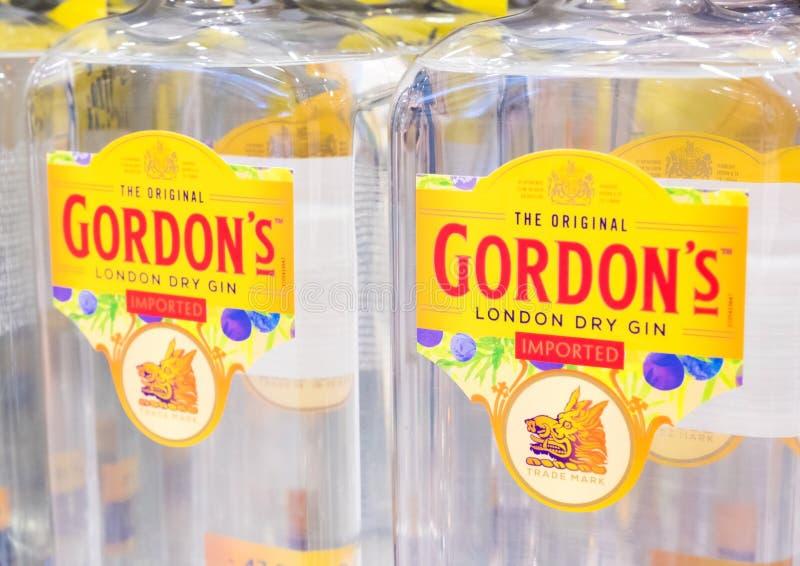 LONDON UK - AUGUSTI 31, 2018: Flaskor av Gordon ` s London torkar gin i lager arkivbilder