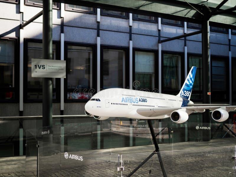 LONDON/UK - AUGUSTI 15: Modell av ett flygplan för flygbuss 380 utanför royaltyfri bild