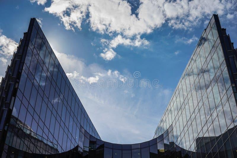 LONDON UK - AUGUSTI 22: Modern arkitektur i staden av Lond fotografering för bildbyråer