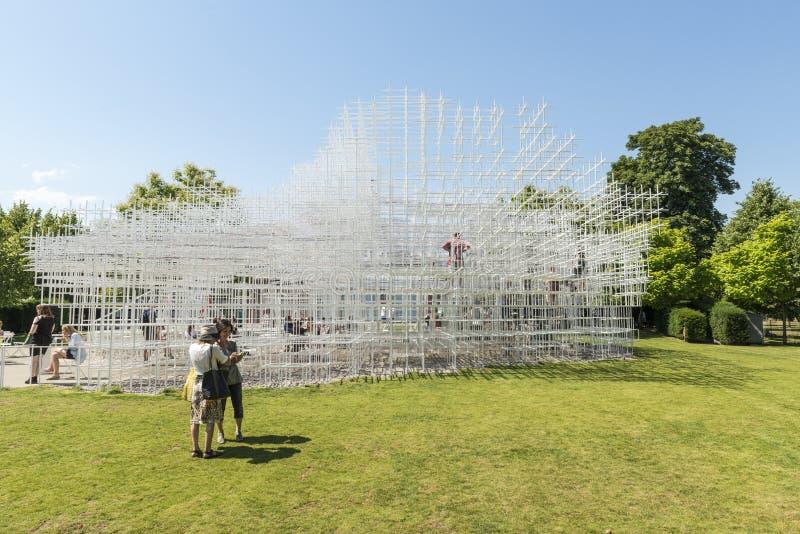 LONDON UK - AUGUSTI 01: Parkera besökare som tycker om det soliga vädret royaltyfria foton