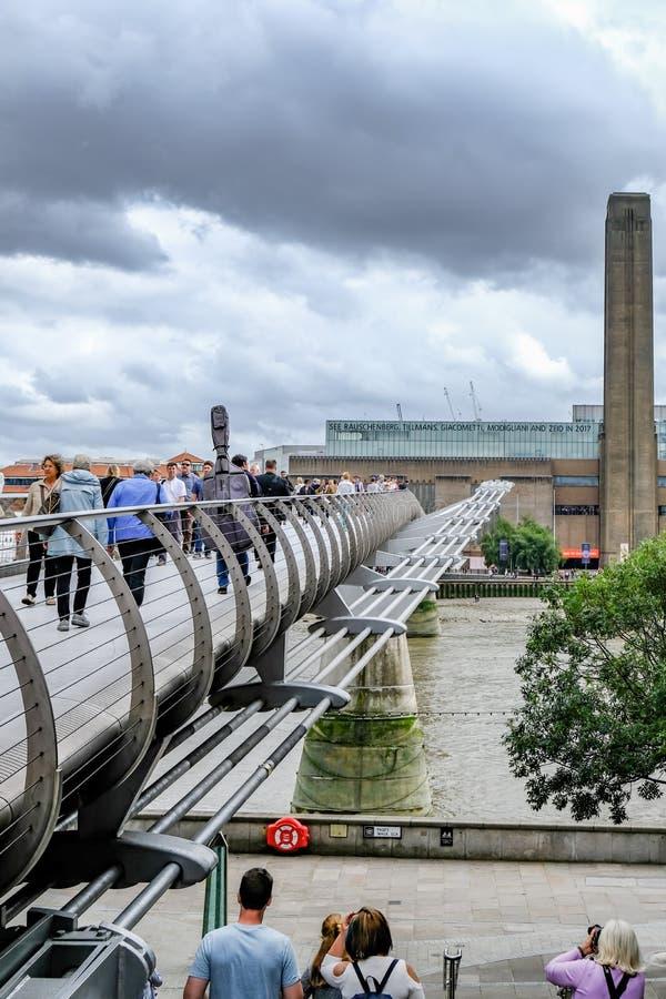 London UK - Augusti 3, 2017: Se in mot den Tate Modern accen arkivfoton
