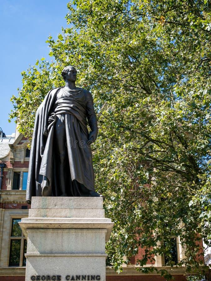 LONDON/UK - AUGUSTI 15: Staty av George Canning i London på A fotografering för bildbyråer