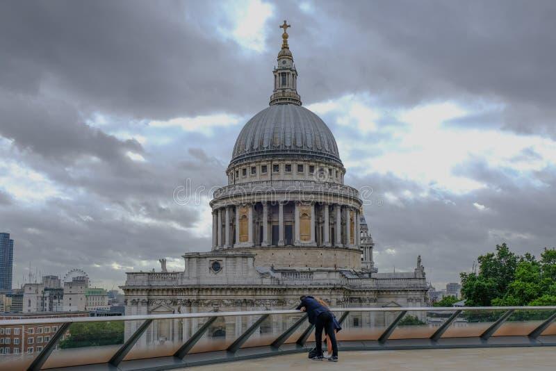 London UK - Augusti 3, 2017: Sts Paul domkyrkasikt från taköverkanten på 1 nya ändring arkivbilder