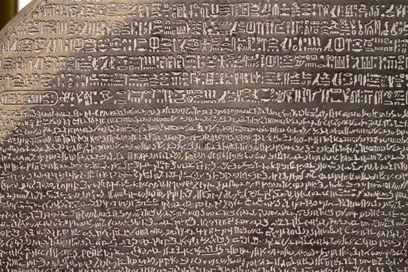 LONDON UK - CIRCA APRIL 2018: Den Rosetta stenen på British Museum royaltyfri bild