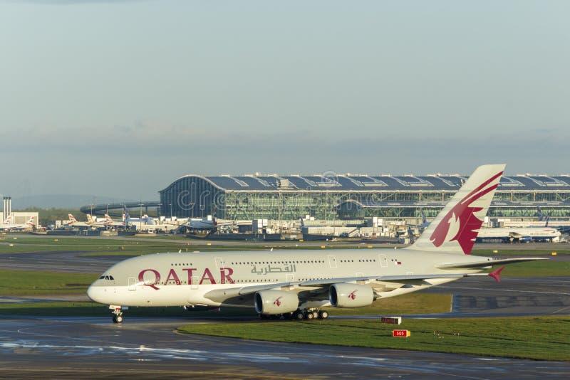 LONDON UK - CIRCA 2016: Qatar Airways flygbuss A380 som åker taxi på den Heathrow flygplatsen arkivfoto