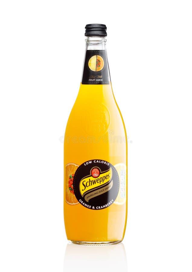 LONDON UK - DECEMBER 07, 2017: Flaska av drinken för brusande Schweppes för orange fruktsaft på vit arkivfoto