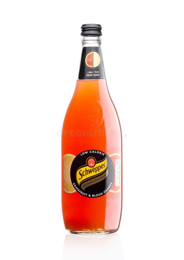 LONDON UK - DECEMBER 07, 2017: Flaska av drinken för Schweppes grapefruitjuicebrusande på vit arkivbild