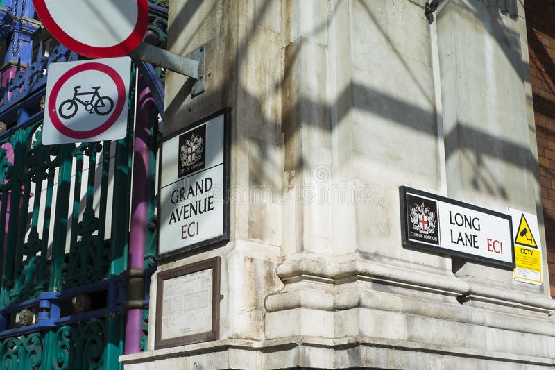 LONDON UK - FEBRUARI 16: Detaljen av gatan undertecknar in Smithfield M arkivbild