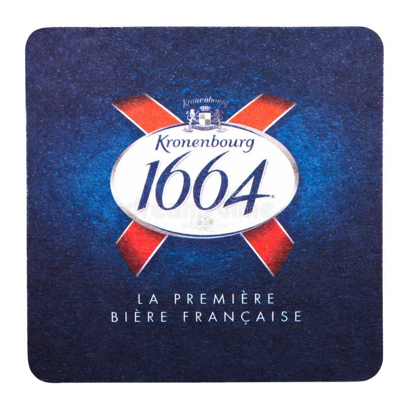 LONDON UK - FEBRUARI 04, 2018: Kustfartyg 1664 för Kronenbourg ölbeermat som isoleras på vit arkivfoton