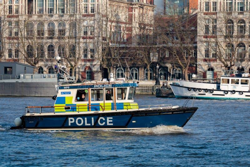 LONDON/UK - FEBRUARI 13: Polisen lanserar att kryssa omkring längs floden royaltyfri foto