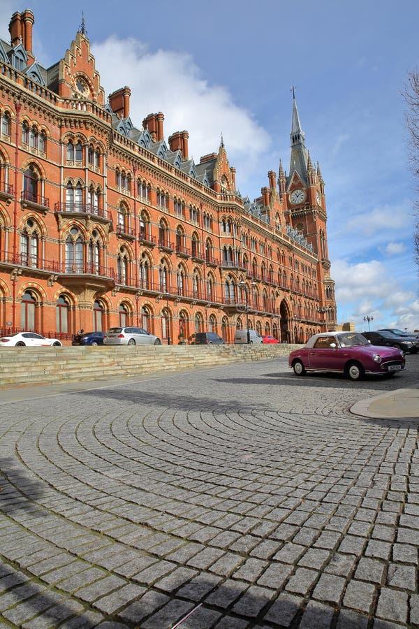 LONDON UK - FEBRUARI 28, 2017: Yttre sikt av den St Pancras järnvägsstationen med en lappad trottoar och en purpurfärgad klassisk royaltyfria foton