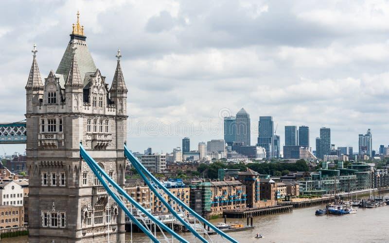 London UK - flyg- sikt av tornbron, skyskrapor av Canary Wharf och det finansiella området royaltyfri foto