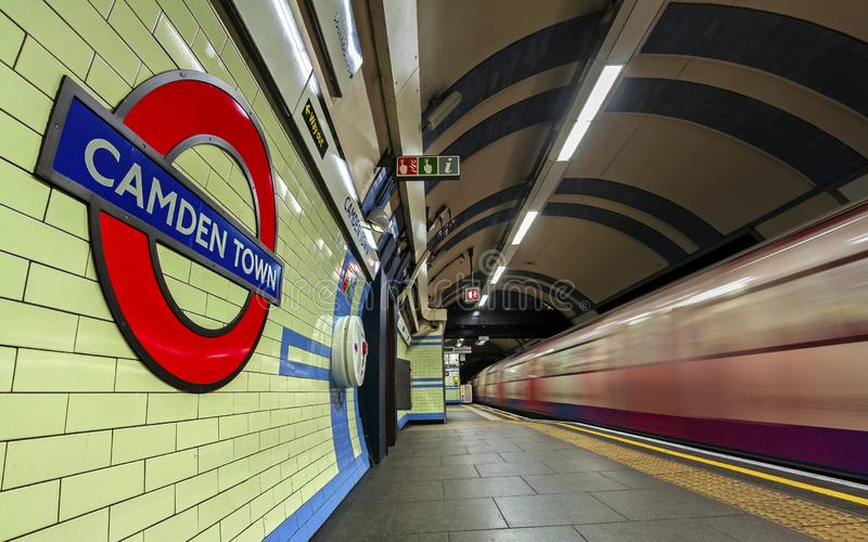 LONDON UK - Gennary 5, 2019: Camden Town underjordisk station i London Den London tunnelbanan är det 11th mest upptagna tunnelban royaltyfri bild