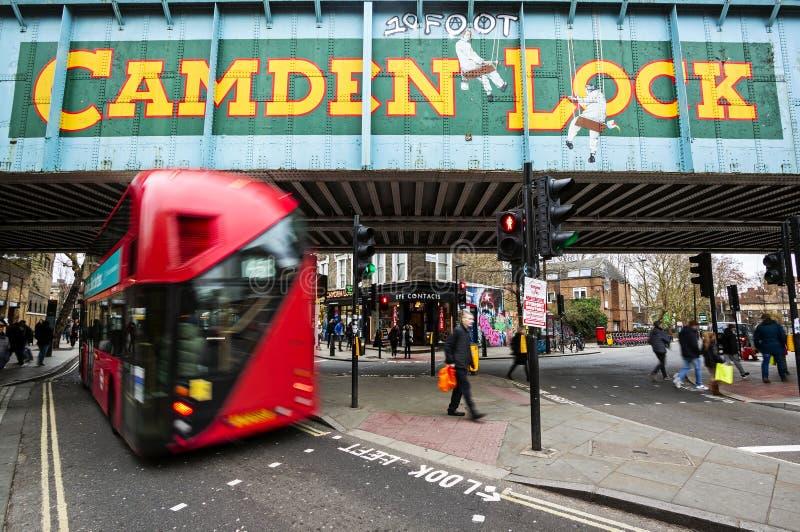 London UK - gennary 03: sikten av Camden Lock undertecknar i London, UK, på gennary 03, 2019 Tecknet markerar ingången till Camde arkivbilder