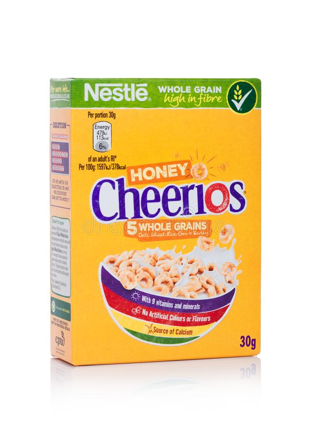 LONDON UK - JANUARI 10, 2018: Packe av Cheerios helt korn som är ceral för frukost på vit Produkt av Nestle arkivbilder
