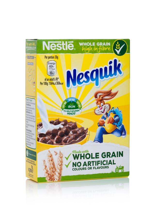 LONDON UK - JANUARI 10, 2018: Packe av Nesquik helt korn som är ceral för frukost på vit Produkt av Nestle royaltyfria bilder