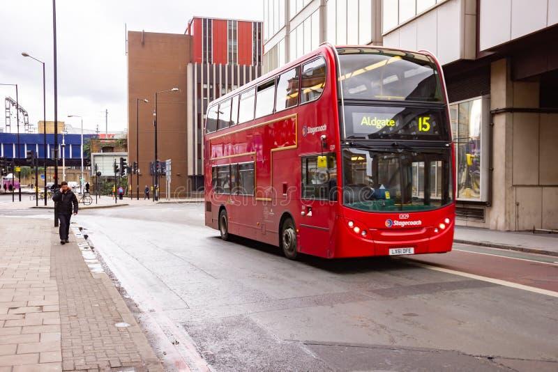 LONDON UK - JANUARI 25, 2015: Röd dubblett Decker Bus på gatan i London Röd dubblett Decker Bus är ett av de mest iconic symboler royaltyfri foto