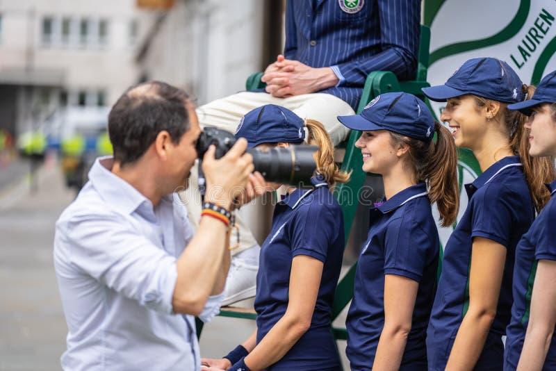 London UK, Juli 14, 2019 Fotografen som tar bilder av sportiga modeller nära Polo Ralph Lauren, shoppar Fri offentlig händelsereg royaltyfria bilder