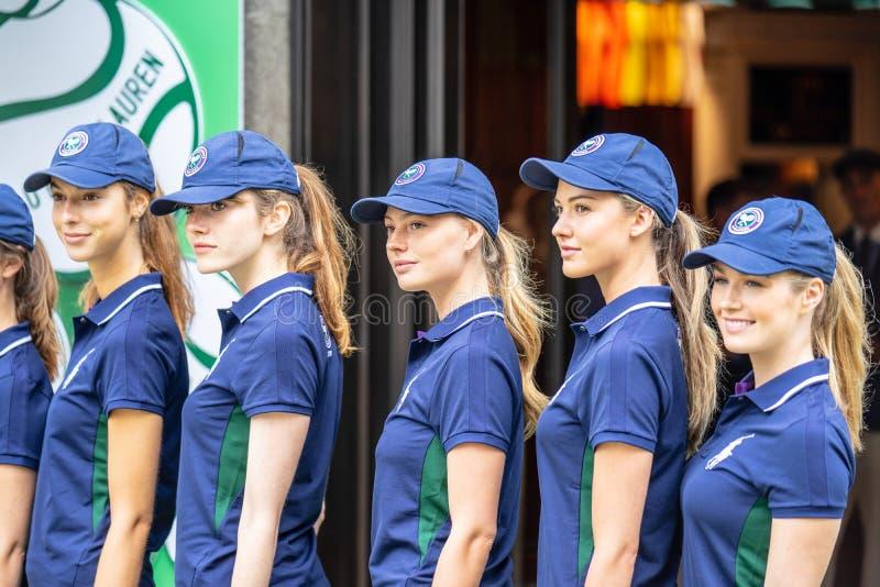 London UK, Juli 14, 2019 Fotografen som tar bilder av sportiga modeller nära Polo Ralph Lauren, shoppar Fri offentlig händelsereg royaltyfria foton