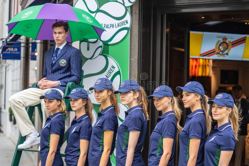 London UK, Juli 14, 2019 Fotografen som tar bilder av sportiga modeller nära Polo Ralph Lauren, shoppar Fri offentlig händelsereg royaltyfri foto
