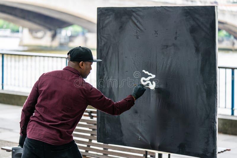 London UK, Juli, 2019 Manlig stads- konstnär nära den Waterloo bron arkivfoton