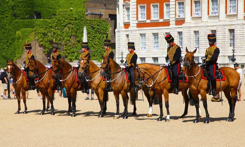 LONDON UK - JULI 15 2013: Monterade militärpoliser av hushållkavallerit som är tjänstgörande på hästvakter arkivbilder
