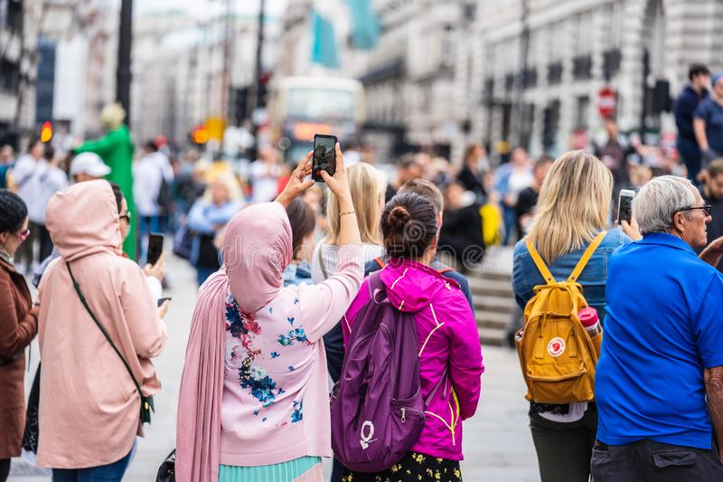 London UK, Juli, 2019 Nära övre stående av lyckligt attraktivt folk som tar selfie i London royaltyfri foto