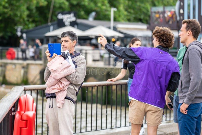 London UK, Juli, 2019 Nära övre stående av lyckligt attraktivt folk som tar selfie i London royaltyfria bilder