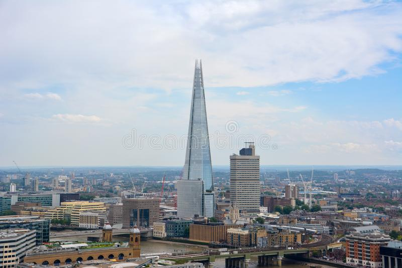 LONDON UK - JULI 19, 2014: Sikt av London från över Sk?rvaskyskrapa London fr?n domkyrka f?r St Paul ` s arkivfoton