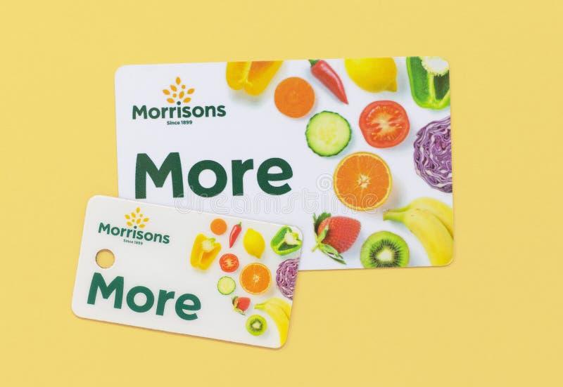 London/UK - Juli 1st 2019 - Morrisons pekar mer kortet och den nyckel- urkedjan på en gul bakgrund arkivbilder