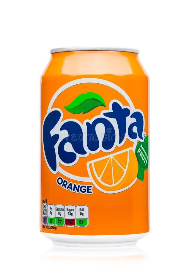 LONDON UK - JUNI 9, 2017: Aluminiumburk av drinken Fanta för orange sodavatten på vit producerat av cocaen - colaföretag arkivfoton