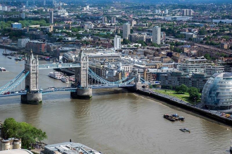 LONDON/UK - 15. JUNI: Ansicht der Turm-Brücke und Rathaus in Lond stockfotografie