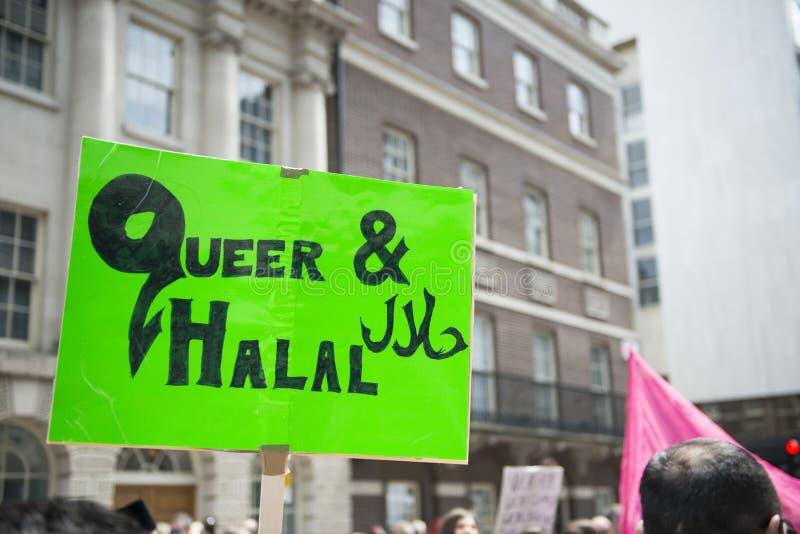 LONDON UK - JUNI 29: Muslimsk glad affisch i bagaren Street på Get royaltyfria foton
