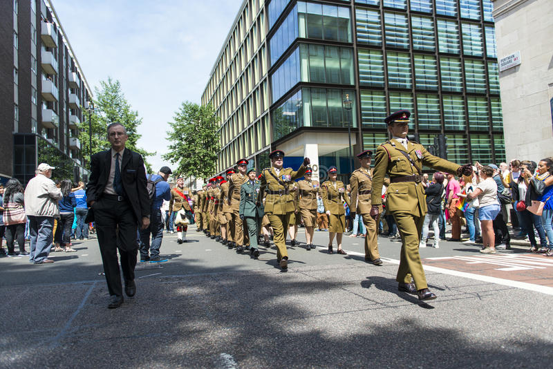 LONDON UK - JUNI 29: Skotsk regementemarsch i service av t fotografering för bildbyråer