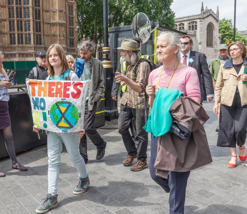 London/UK - Juni 26th 2019 - den unga personen som rymmer 'där, är inget ett tecken för planet B 'i en grupp utanför parlamentet fotografering för bildbyråer