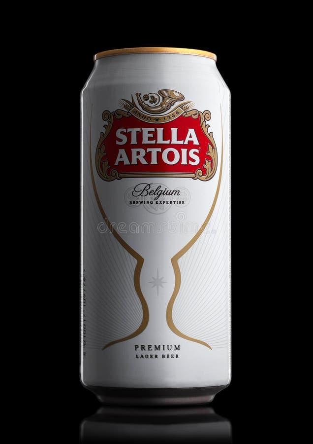 LONDON UK - MAJ 29, 2017: Alluminium kan av Stella Artois öl på svart Stella Artois har bryggats efter 1926 i Belgien arkivbild
