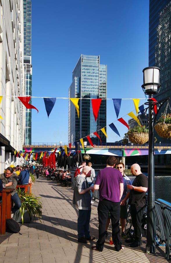 LONDON UK - MAJ 14, 2014: Kontorsarbetare som kopplar av i bar efter arbete fotografering för bildbyråer