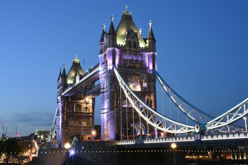 London UK, majestätisk tornbro på natten med ljusa slingor av bussen och bilar, konstnärligt långt exponeringsnattskott royaltyfri foto