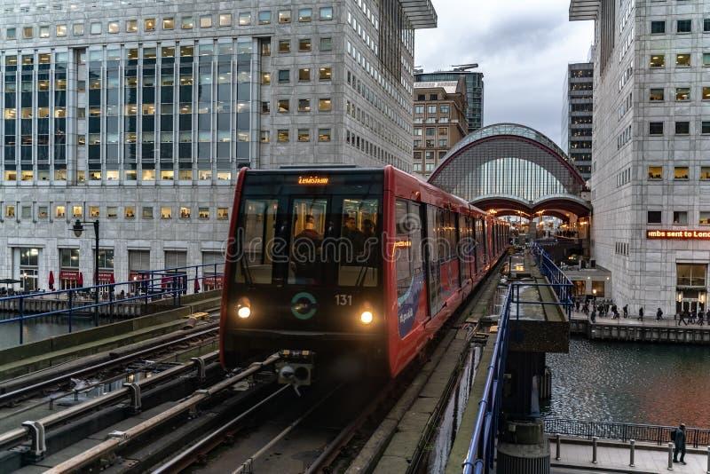 London UK - 05, mars 2019: Drev som ankommer till den Canary Wharf DOLLARstationen i London på rusningstiden arkivfoton