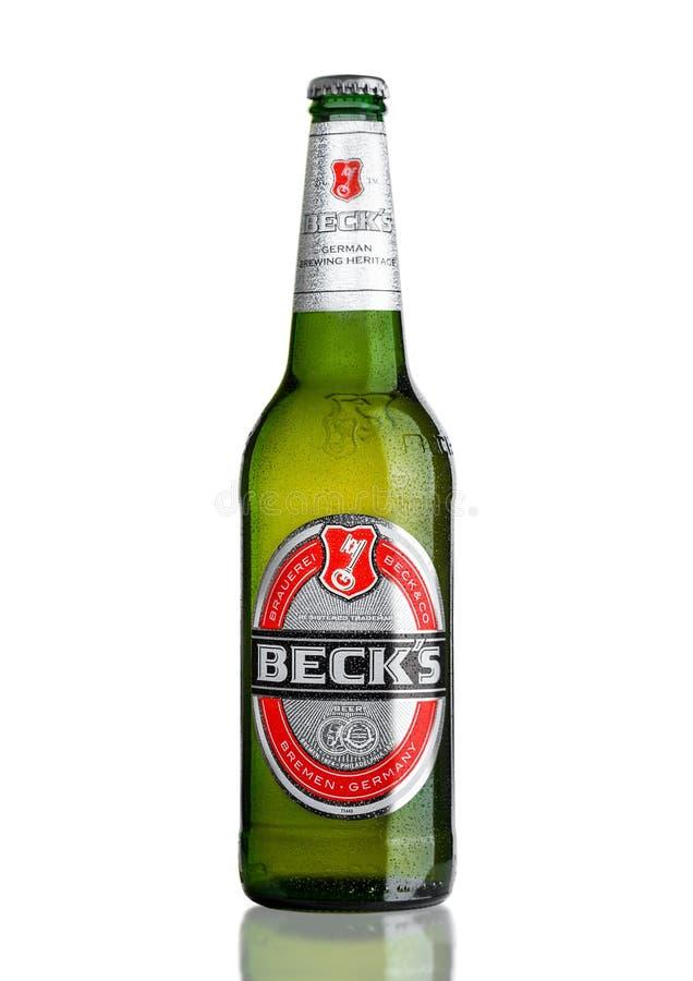 LONDON UK - MARS 15, 2017: Flaska av Becksöl på vit bakgrund Becksbryggeriet grundades i 1873 i Bremen, Tyskland arkivbild