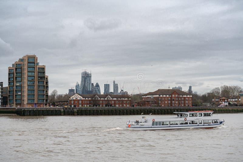 London UK - mars 05, 2019: Turist- fartyg på flodThemsen London England UK fotografering för bildbyråer